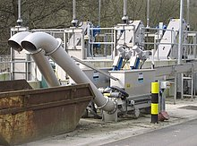 Redundant operation and optimal screenings dewatering with launder channel feeding system