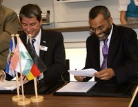 Signing the cooperation contract during IFAT ENTSORGA at the HUBER stand
